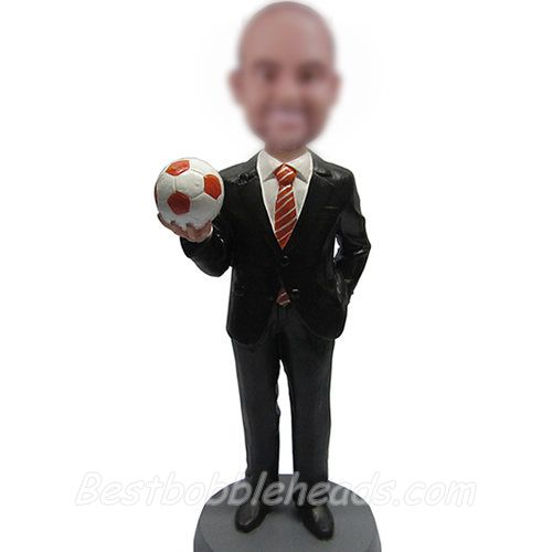 homme avec figurines de football